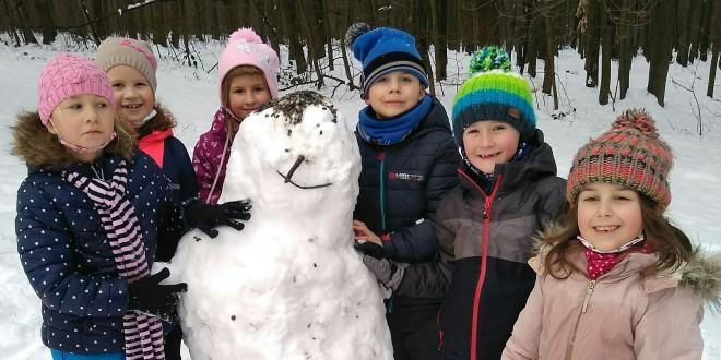 Žáci postavili sněhuláka